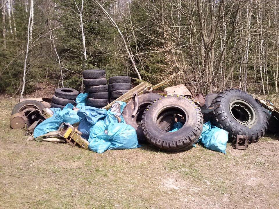 45 geocachers attended http://coord.info/GC494V1 in near Suhl, Germany to clean up all this trash.