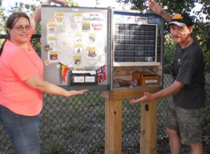 A couple geocachers checking out the amenities. Photo by geocacher D&JC