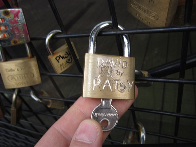 Two geocachers add their love to the gate. Photo by de donckertjes