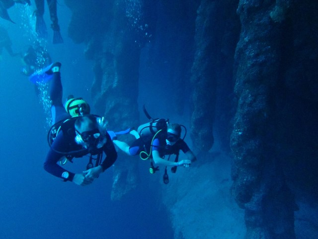 Exploring the Great Blue Hole from within. Photo by geocacher kinderarzt