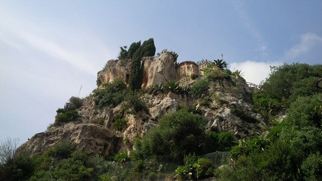 The caves from the outside. Photo by geocacher Organisator